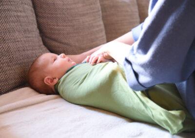 wochenbettbetreuung-baby-tragen-schlafen-hilfe